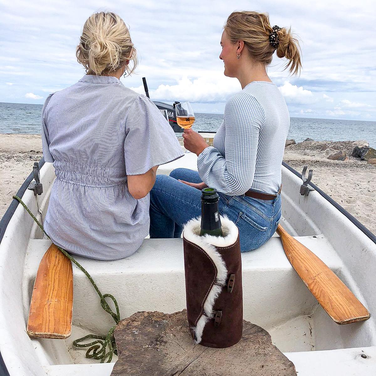 2 piger nyder sommeren med kold vin og Nordic Winecooler